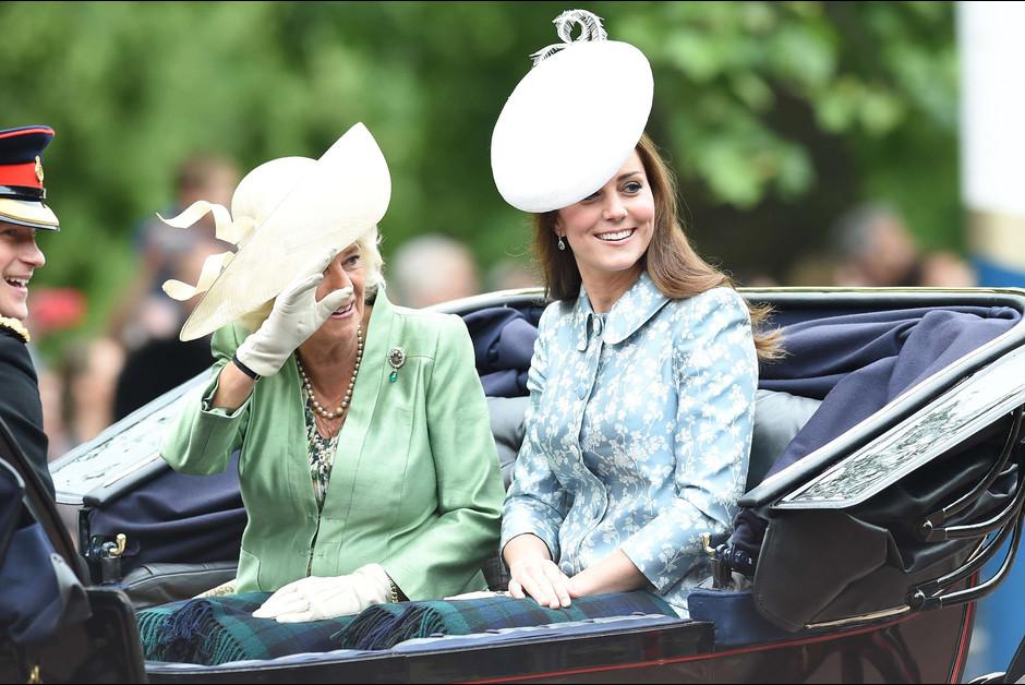Les duchesses Camilla et Kate Middleton a la ceremonie Trooping the Colour a Londres a l occasion de l anniversaire de la reine Eli1zabeth1