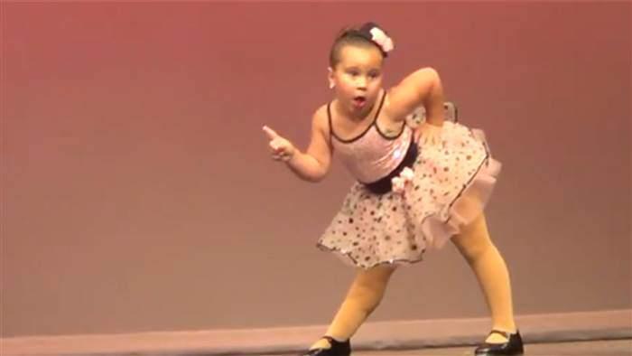Mini - Aretha rocks the stage like a diva