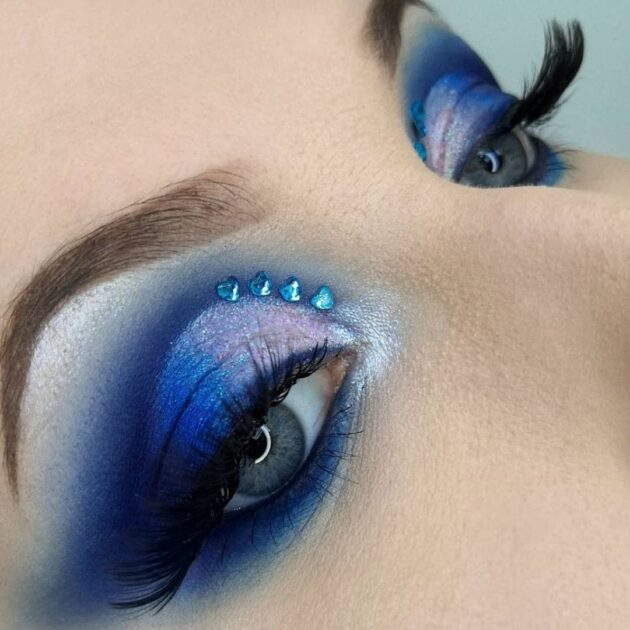Make up with classic blue shadows
